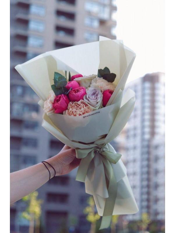Букет в бежевой упаковке 'Bright mood' от Kiwi Flower Shop
