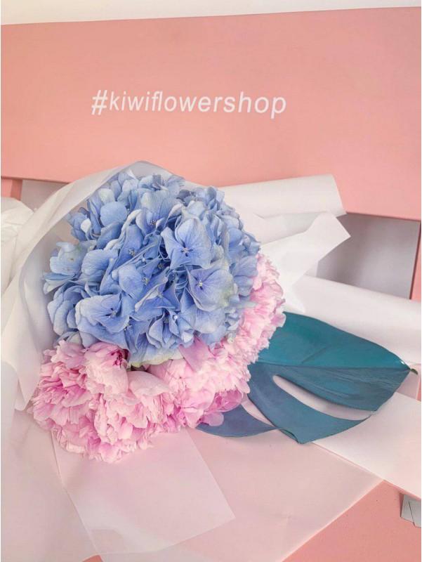 Букет в воздушной упаковке 'Тропический сюрприз' от Kiwi Flower Shop