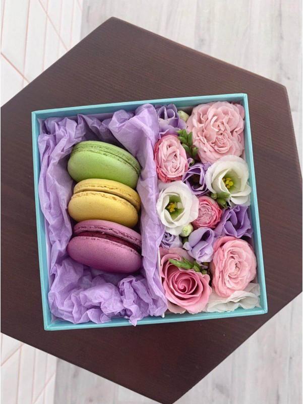Цветочная композиция с макаронс 'Sweet mint' от Kiwi Flower Shop