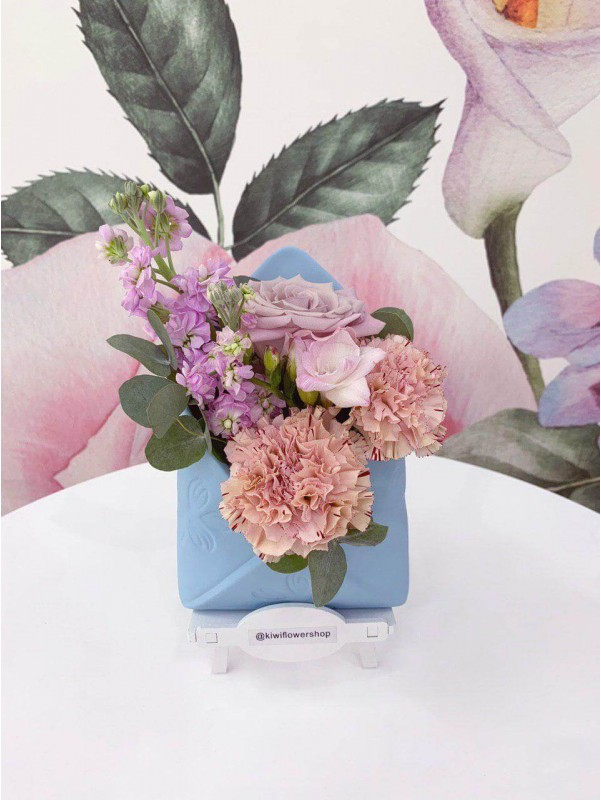 Цветочная композиция в керамическом кашпо 'Цветочное письмо' от Kiwi Flower Shop