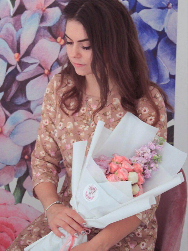 Букет в упаковке мятного цвета 'Flowers ice cream' от Kiwi Flower Shop