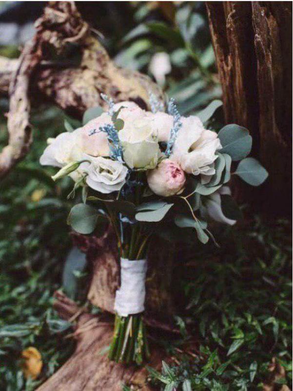 Весільний букет нареченої з еустомою та піоновидною розою 'Витонченість' від Kiwi Flower Shop