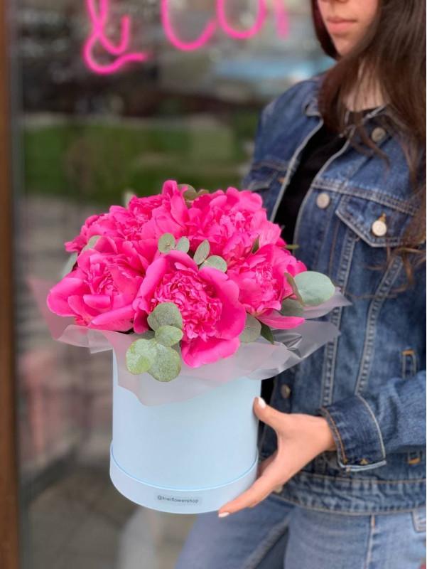 Шляпна коробка з півоніями 'Peonie wish' від Kiwi Flower Shop