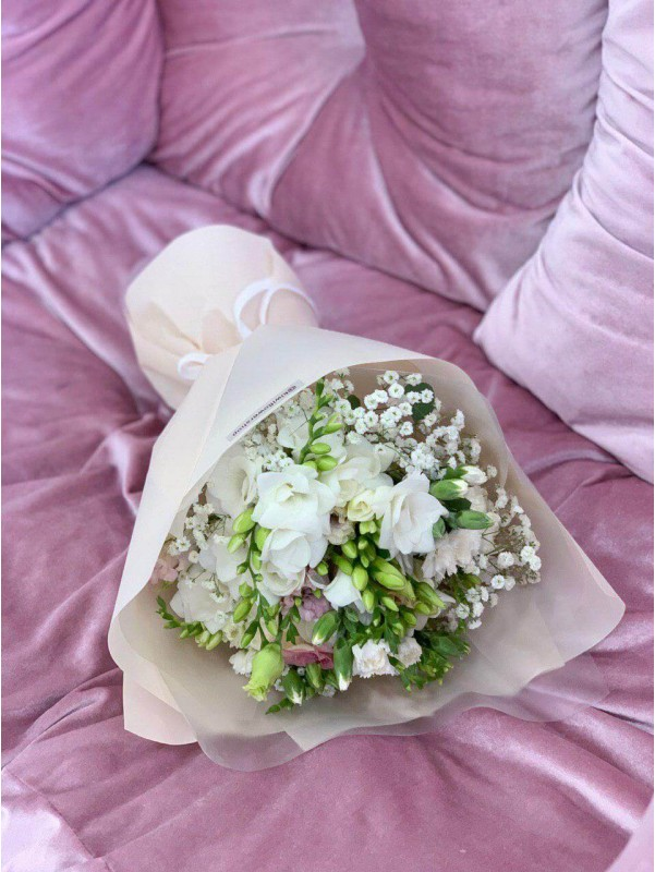 Очень нежный и ароматный 'Букет с фрезиями' от Kiwi Flower Shop