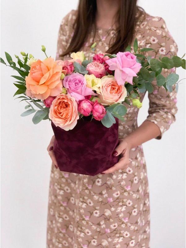 Композиция в бордовой бархатной коробке 'Red velvet' by Kiwi Flower Shop