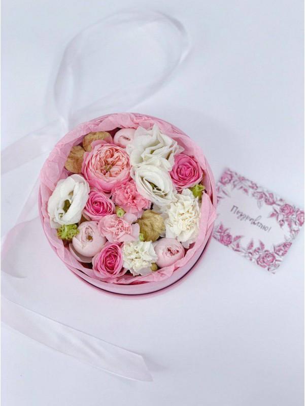 Нежная цветочная композиция в бархатной коробке 'Розовый бархат' от Kiwi Flower Shop