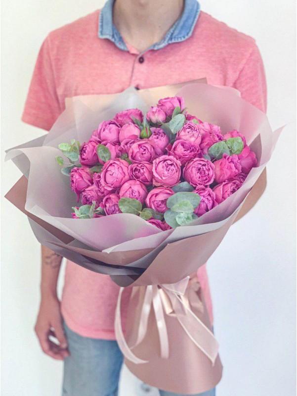 Яскравий монобукет з кущових троянд в сіро-золотій упаковці 'Misty Bubbles' від Kiwi Flower Shop