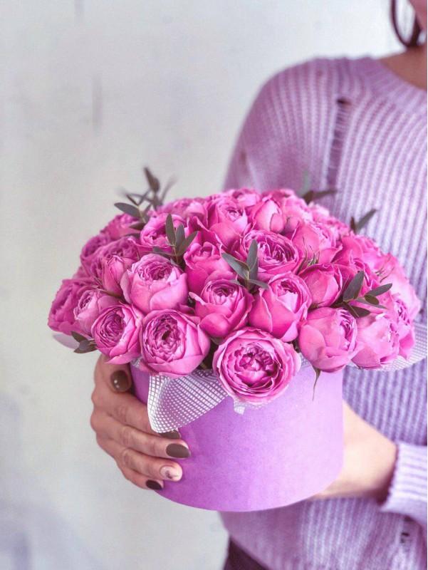Цветочная композиция из кустовых пионовидных роз в шляпной коробке 'Misty Bubbles Box' от Kiwi Flower Shop