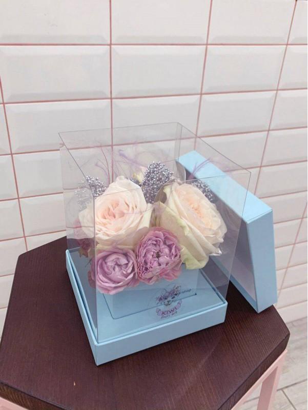 Квіткова композиція в прозорій коробці 'Transparent cube' від Kiwi Flower Shop