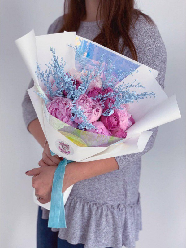 Яркий букет из пионов и роз 'Пионовое настроение' от Kiwi Flower Shop