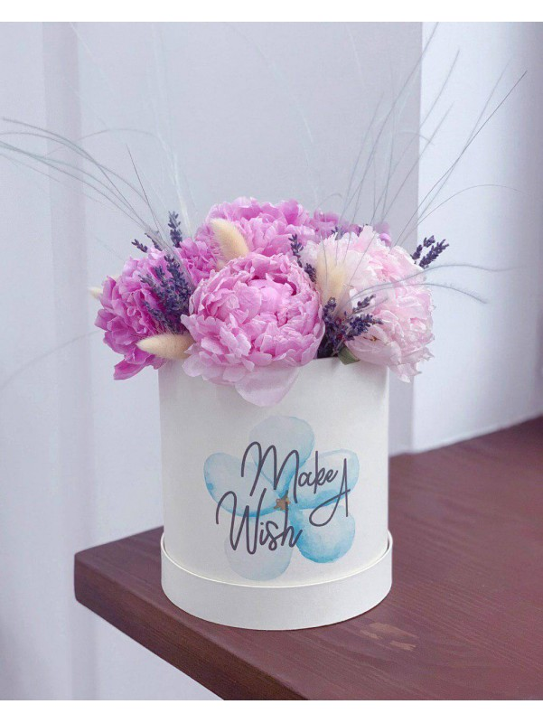 Peonies in a hat box 'Peonie wish' by Kiwi Flower Shop
