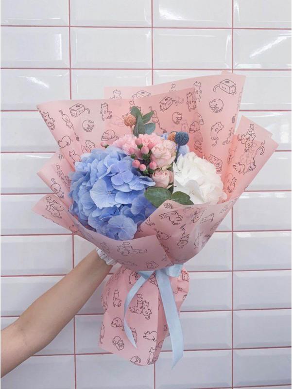 Комбинированный букет в упаковке с принтом 'Розовый зефир' от Kiwi Flower Shop