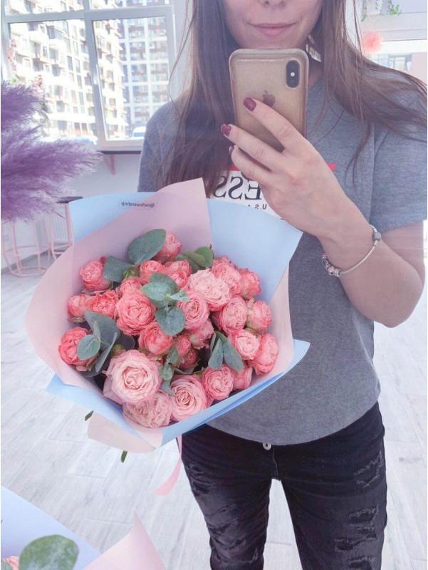 Букет з кущових троянд | Квіти та букети на 1 Вересня | Квіти та букети на 8 Березня | Букети з троянд від Kiwi Flower Shop