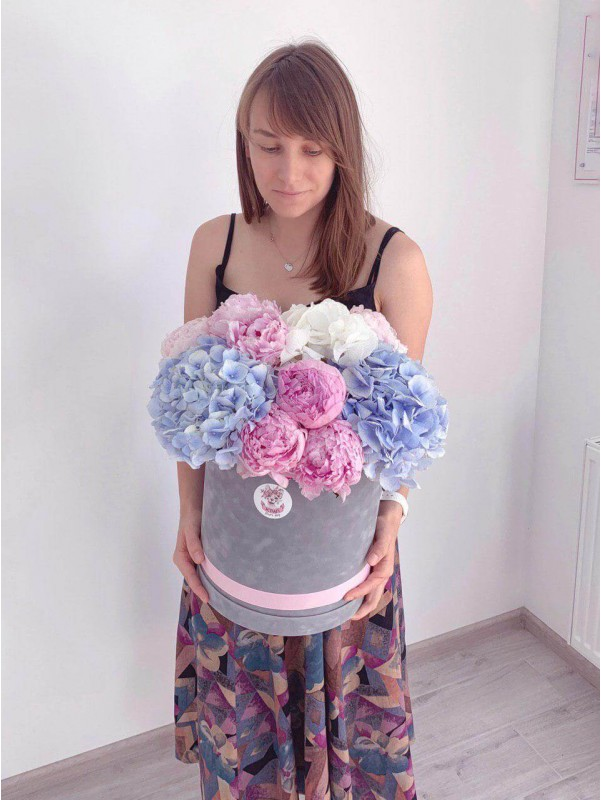 Incredibly large velvet hat box with hydrangeas and peonies 'Big dream' by Kiwi Flower Shop