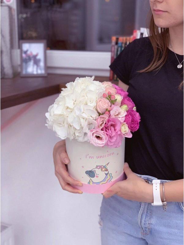Цветочная композиция в шляпной коробке 'Unicorn box' от Kiwi Flower Shop