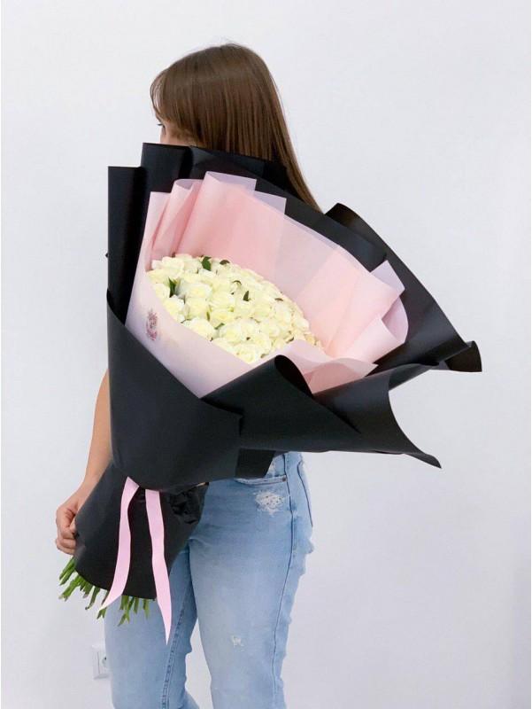 Великий оберемок з 51 білих троянд в чорному упакуванні від Kiwi Flower Shop