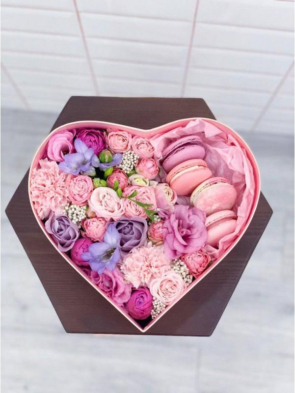 Композиция в коробке формы сердца с макарунами 'Цветочная любовь' от Kiwi Flower Shop