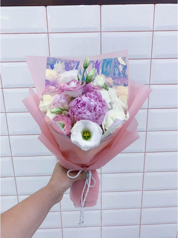 Нежный букет 'Комплимент с пионом и эустомой' от Kiwi Flower Shop