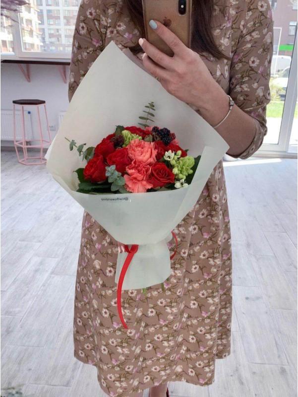 Букет в оливковому упакуванні 'Red mood' від Kiwi Flower Shop