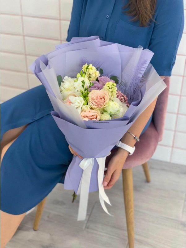 Большой комбинированный букет лавандовой упаковке 'Лавандовая фантазия' от Kiwi Flower Shop