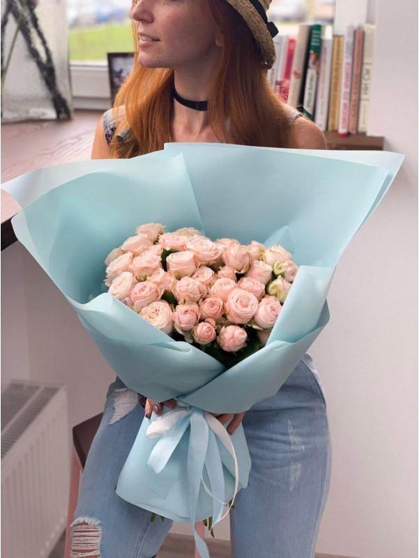 Моно букет з троянд сорту Miss Bombastic в упакуванні від Kiwi Flower Shop