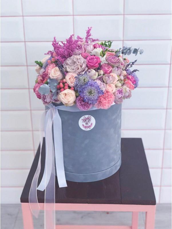 Композиція в круглій шляпній коробці 'Сірий оксамит' від Kiwi Flower Shop