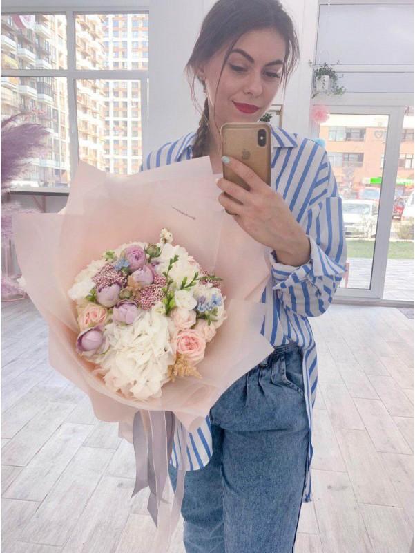 Комбинированный букет в бежевой упаковке 'Soft blossom' от Kiwi Flower Shop
