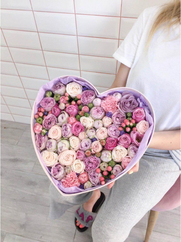Цветочная композиция в коробке в форме сердца 'Flower heart' от Kiwi Flower Shop