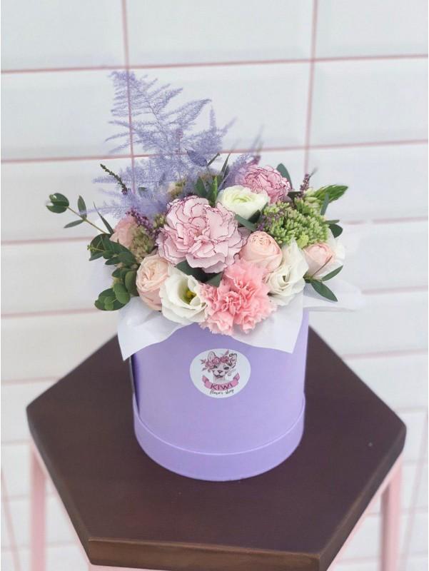 Нежная композиция в лилово-розовых тонах в круглой шляпной коробке 'Milka' от Kiwi Flower Shop