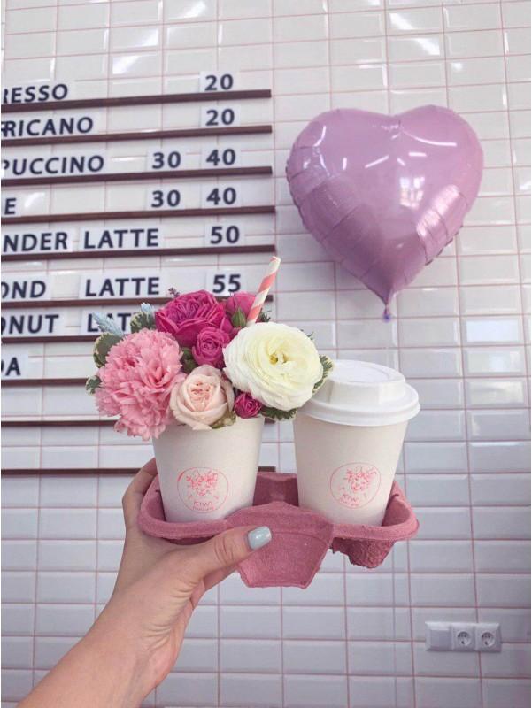 Подарочный набор из цветочного латте и напитка на выбор 'Доброе утро' от Kiwi Flower Shop