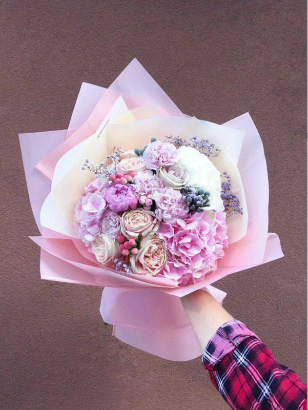 Великий комбінований букет 'Pink Dream' з милим міксом квітів в упаковці від Kiwi Flower Shop