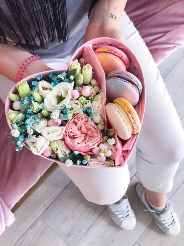 Квіткова композиція 'Sweet heart' з рози, еустоми та гіпсофіли в коробці форми сердця з макарунами від Kiwi Flower Shop