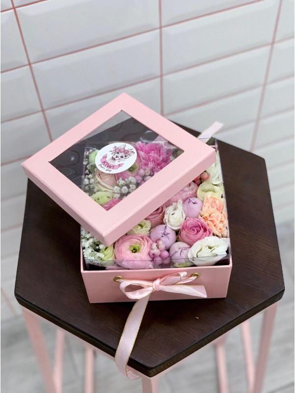 Цветочная композиция в квадратной коробке 'Pastel shades' от Kiwi Flower Shop