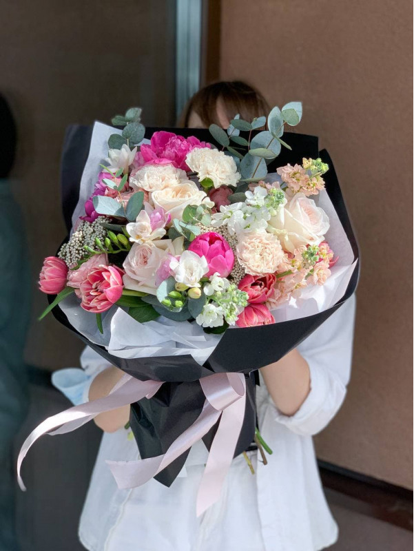 Букет в черной упаковке 'Black silver' от Kiwi Flower Shop