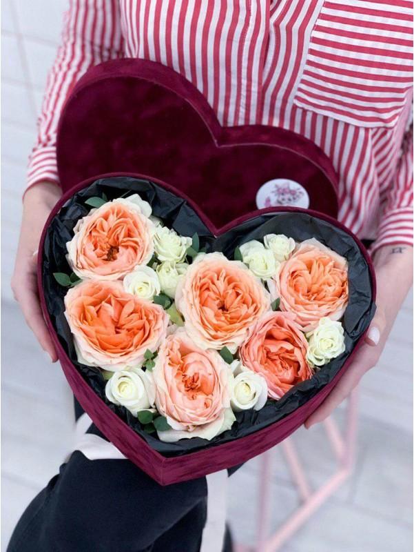 Цветочная композиция в бархатной коробке в форме сердца 'Loving heart' от Kiwi Flower Shop