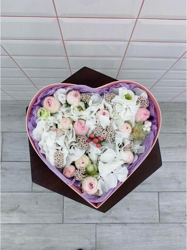 Цветочная композиция в коробке в форме сердца 'Flower meringue' от Kiwi Flower Shop