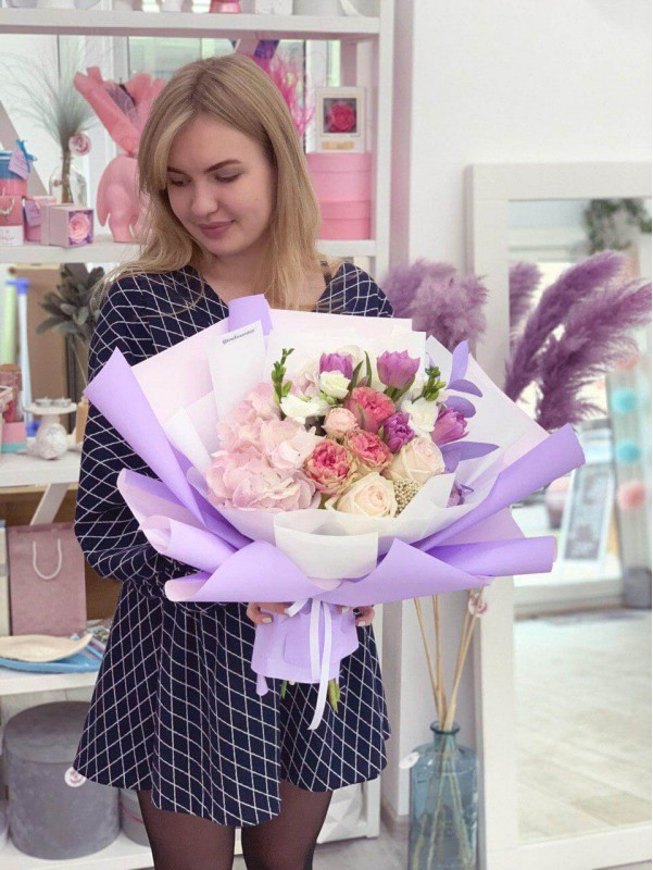 Ніжне поєднання троянд з тюльпанами в букеті 'Фіолетовий настрій' від Kiwi Flower Shop