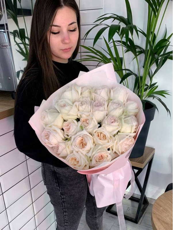 Монобукет из садовой розы 'White O'Hara', size L от Kiwi Flower Shop