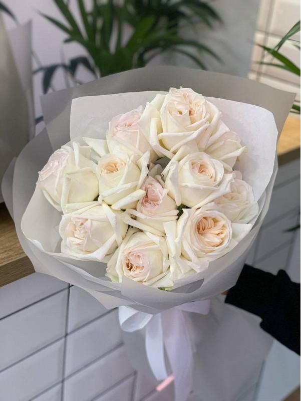 Монобукет из садовой розы 'White O'Hara', size M от Kiwi Flower Shop