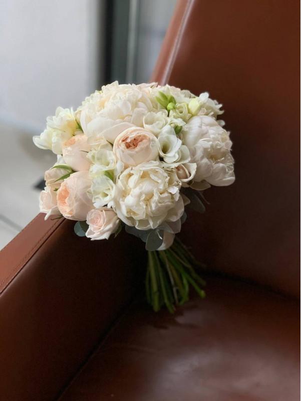Свадебный букет в бело-кремовой гамме с пионами | Свадебные букеты от Kiwi Flower Shop