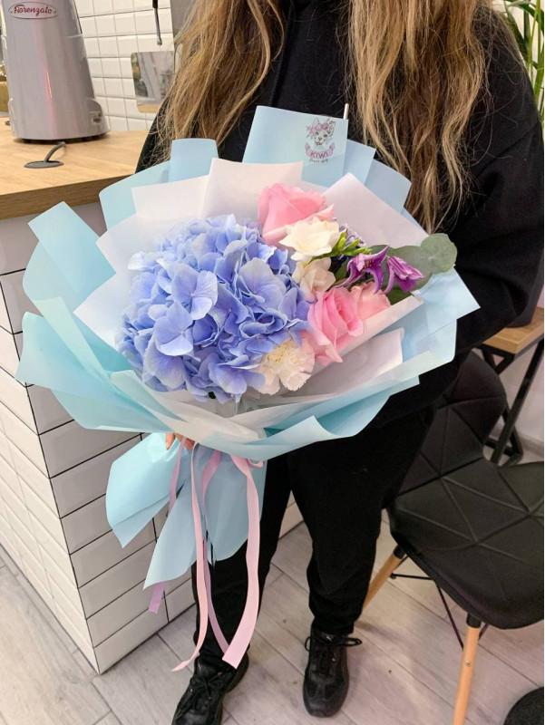 Букет с гортензией и розами   Комбинированные букеты от Kiwi Flower Shop