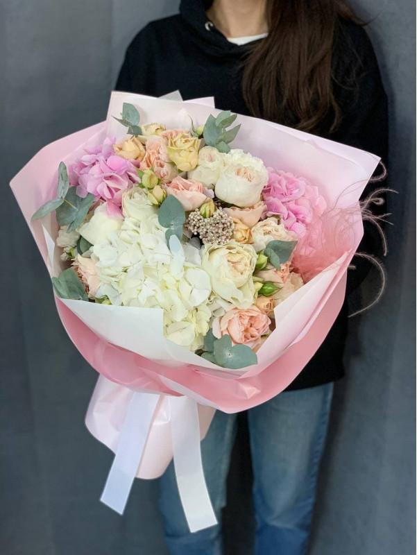 Нежный букет с гортензией и садовыми розами | Комбинированные букеты от Kiwi Flower Shop