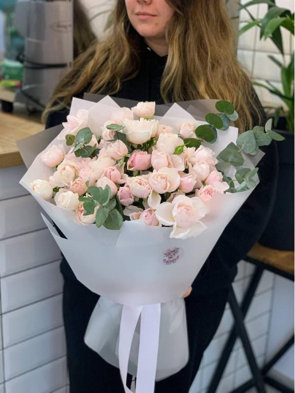 Монобукет з кущової піоновидної троянди та евкаліптом  | Монобукети від Kiwi Flower Shop