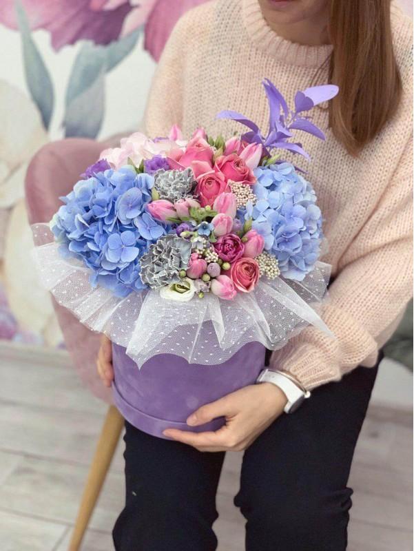 Цветочная композиция в лиловой бархатной коробке 'Цветочная фантазия' от Kiwi Flower Shop