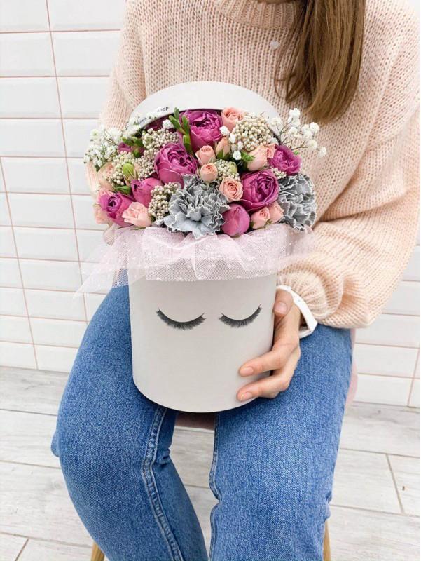 Цветочная композиция в шляпной коробке 'Цветочный флирт' от Kiwi Flower Shop