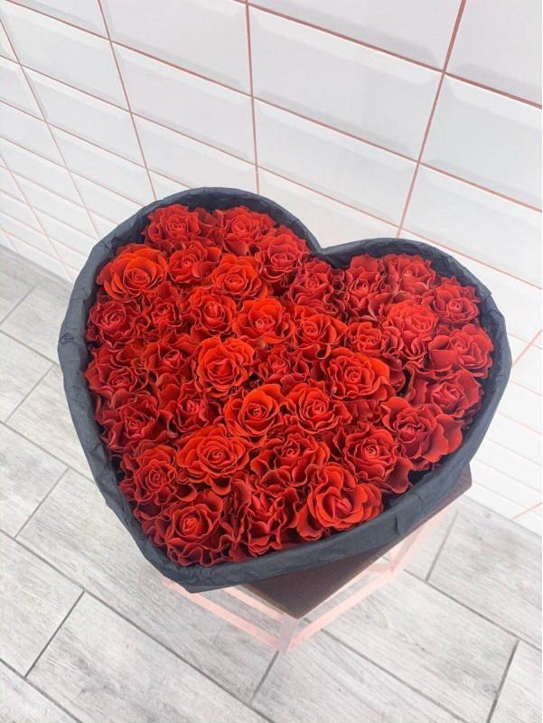 Композиція в коробці в формі серця 'Red heart' від Kiwi Flower Shop