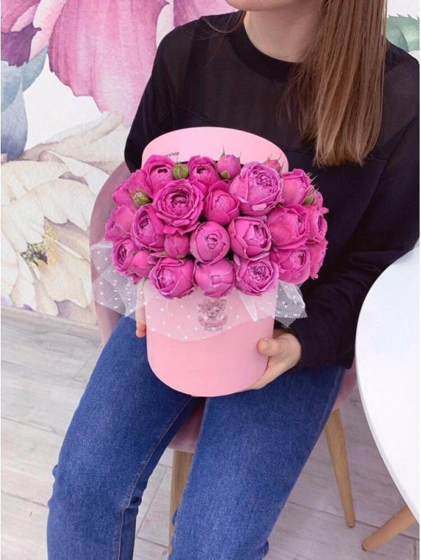 Цветочная композиция из кустовых пионовидных роз в шляпной коробке 'Misty box' от Kiwi Flower Shop