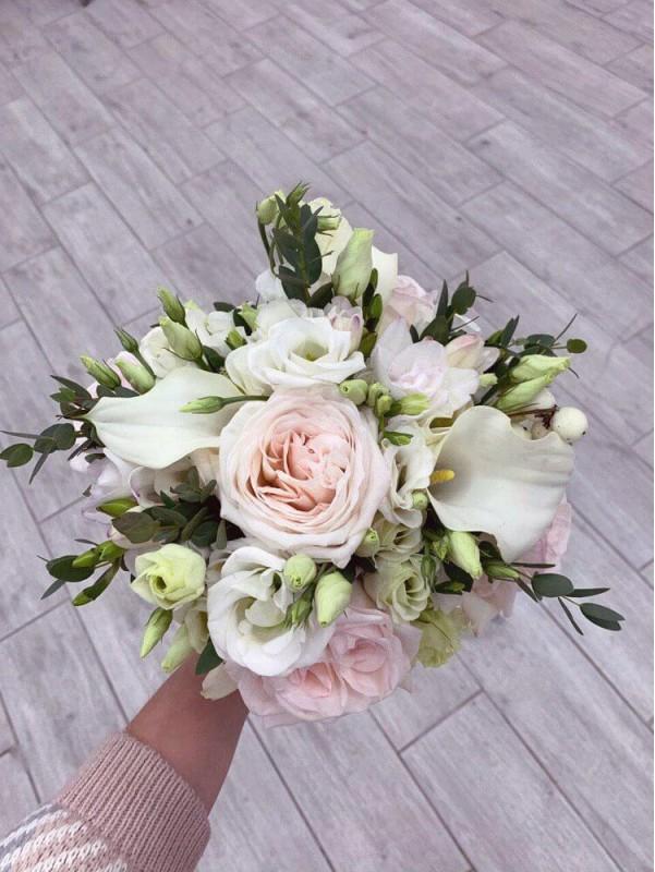 Букет невесты в белых и нежно-розовых тонах 'Pink snow' by Kiwi Flower Shop