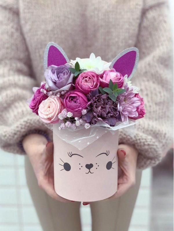 Flower arrangement in a hat box 'Kiwi Box' by Kiwi Flower Shop