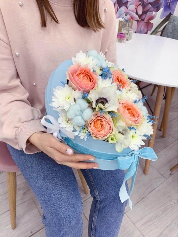 Цветочная композиция в коробке-коляске 'Welcome baby boy'. by Kiwi Flower Shop